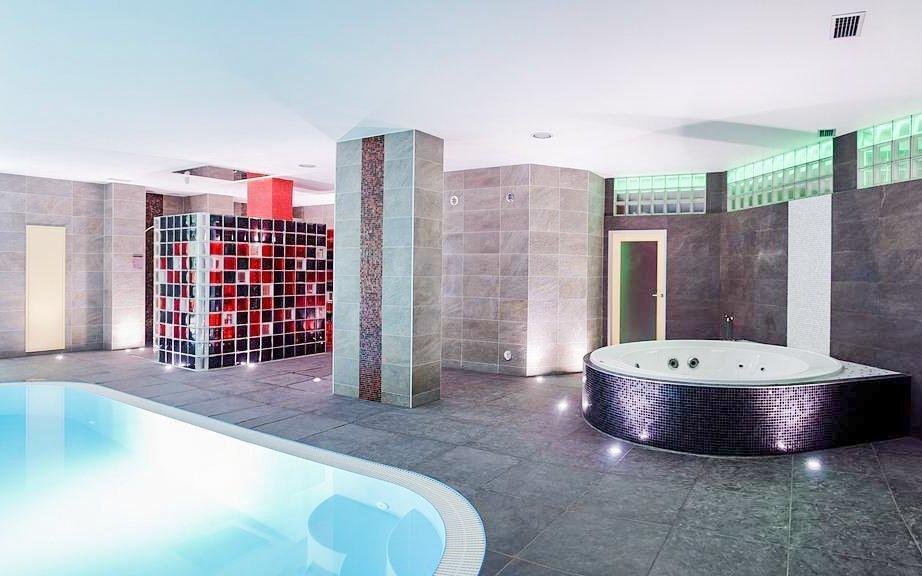 Brno v Hotelu Fontána *** u přehrady s polopenzí, bazénem, vířivkou a saunami