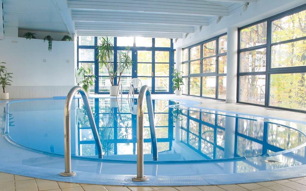 Písek v Interhotelu America **** se snídaní, bazénem a saunou + víno a večeře